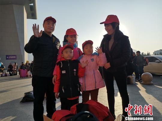 在泉州务工的唐金和家人踏上返乡过节的旅程。 陈龙山 摄
