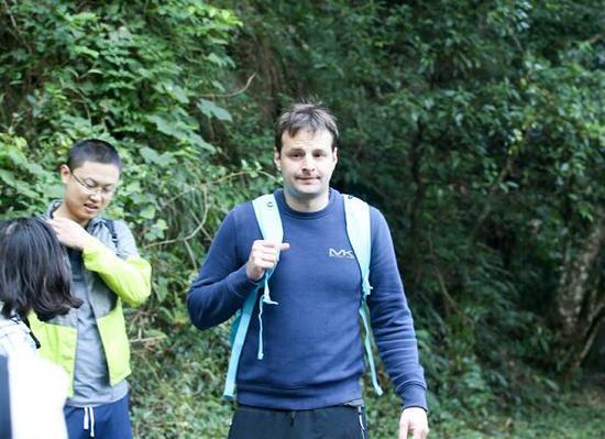 外国游客行走在云窝景区