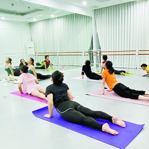 湖里区职工积极参加工会提供的免费瑜伽课。
