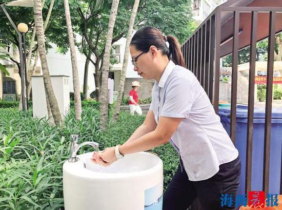 扔完垃圾的居民正在洗手。记者 林逸君 摄