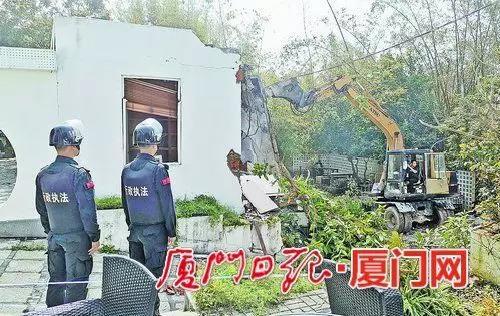 3月21日,思明区东坪山社129号非法占地的历史违建被依法拆除。