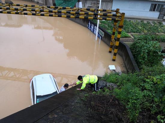 三明:列西派出所积极抗洪抢险 解救被困群众