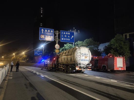 三明:罐车撞上路边水泥护栏 消防救出一人