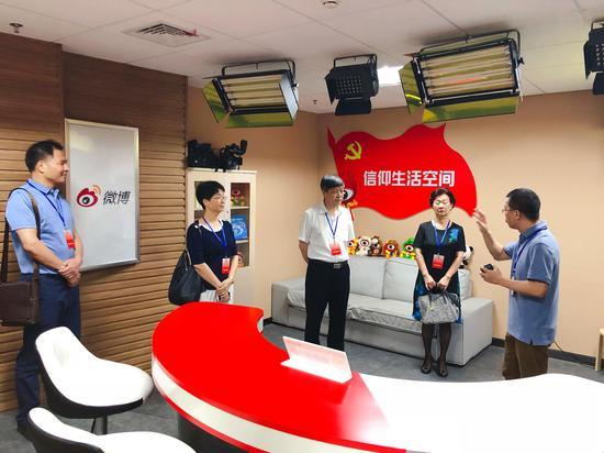 厦门市政协陈昌生副主席一行考察新浪厦门。图为考察新浪厦门直播间。