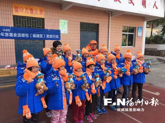 刘祥慧(后排左三)慰问帮扶农村留守儿童。