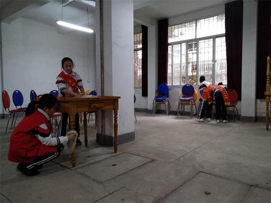 """三明十中开展""""红领巾志愿者""""社区洒扫活动"""