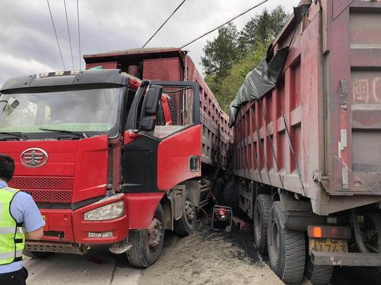 三明大田:货车穿行撞上另一辆货车 一名驾驶员被困
