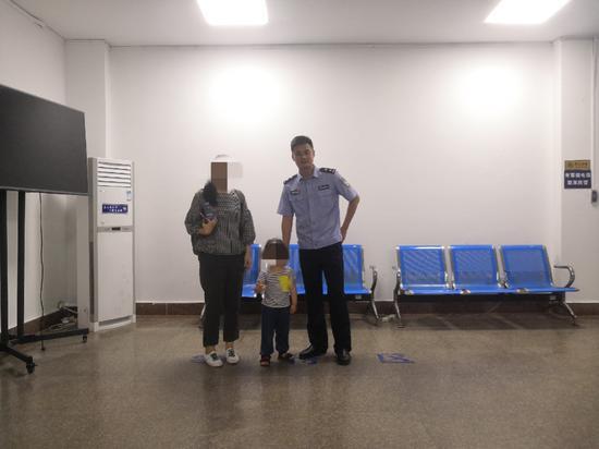 平安守护——列西派出所民警帮助走失女孩找到家人