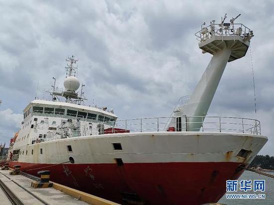 """6月22日,""""科学""""号停靠在厦门国际邮轮中心码头。 新华社记者 张旭东 摄"""