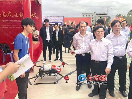 ▲在去年11月举办的五洲城农机展览会上,漳州市副市长张翼腾对林洪森等人的项目进行指导