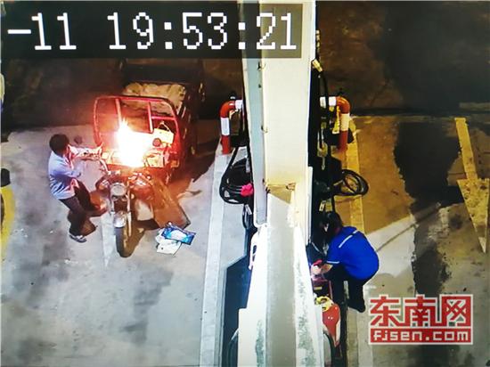 永安:加油站车辆意外自燃 加油员10秒灭火