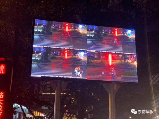△路口设置的电子显示屏幕上,曝光行人和非机动车的闯红灯行为