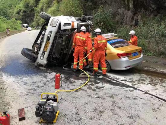 三明大田:水泥罐车与出租车相撞 消防救出2人