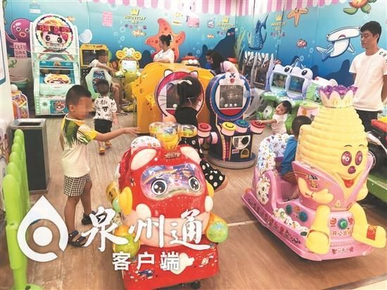 在中闽百汇3楼一家小型游乐园里贴的入园提示形同虚设,小孩穿鞋进入。