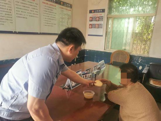 漳州:女子昏倒路边 民警护送回家