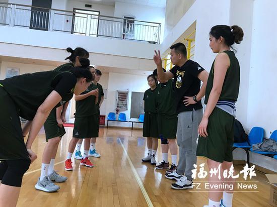 福建女篮主教练龚松林在和队员讲战术。