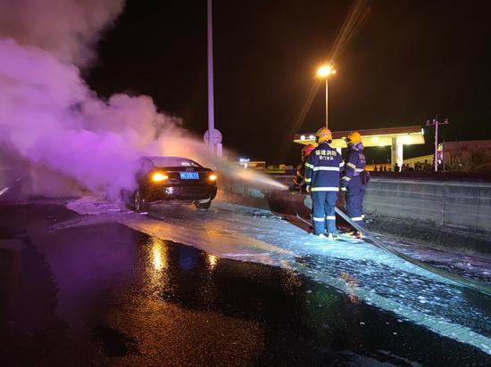 两车相撞起火 消防火速救援