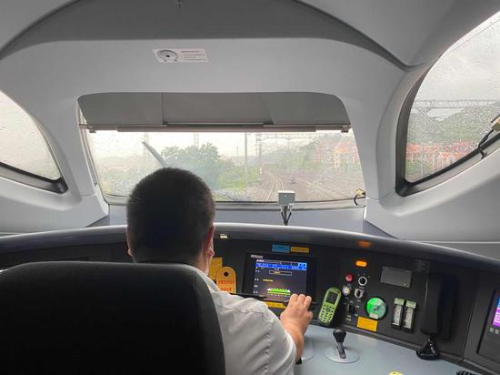 """南铁根据台风""""米克拉""""走势影响,南铁恢复开行部分动车组列车,满足旅客出行需求。张雪玲 摄"""