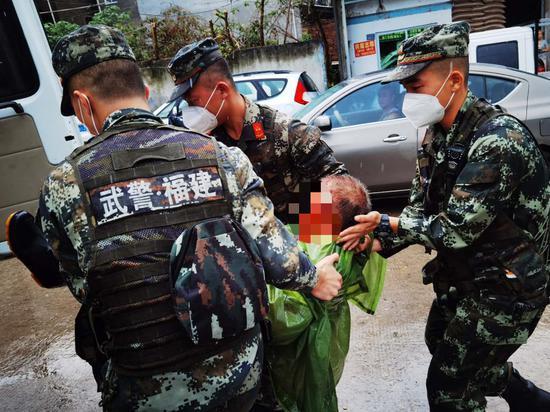 漳州:老人车祸昏迷 武警官兵紧急救治
