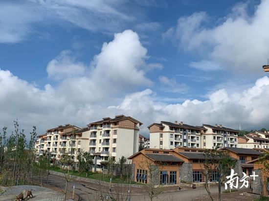 沐恩邸社区是凉山州昭觉县村民易地搬迁1号安置点,悬崖村的村民从山上搬到此地。