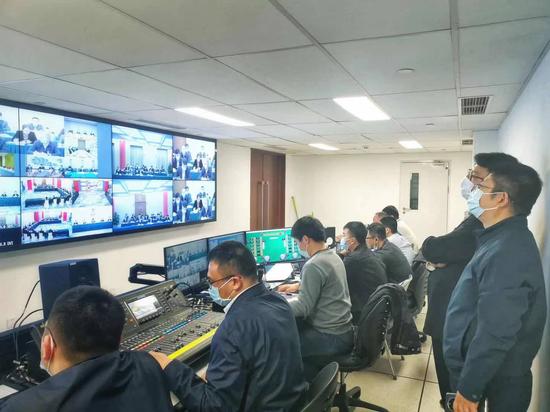 中国联通两会保障组负责人许海峰(右一)现场保障视频会议调度工作。詹益摄