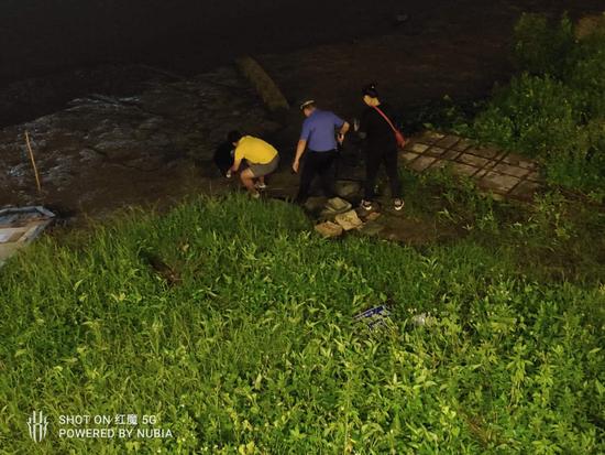 点赞!同安城管、群众合力救助陷入河滩市民