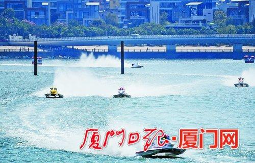 摩托艇向前疾驰,溅起波浪。