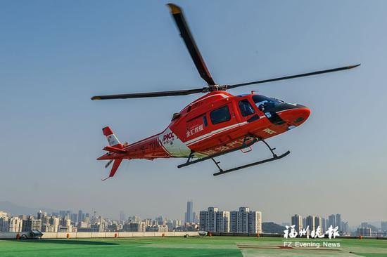 直升机降落在总院门诊楼天台上的停机坪。