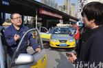 福州一女司机遭遇壮男碰瓷 的哥帮忙要回冤枉钱