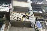 福州:共享单车被挂在高压线上 疑从楼上被丢下
