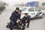 厦门男子被查出酒驾嫌疑 司机竟踩油门撞警车逃逸