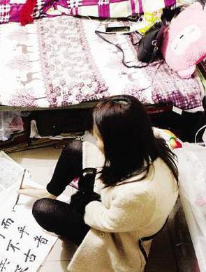 女子双手残疾用脚书写足下人生