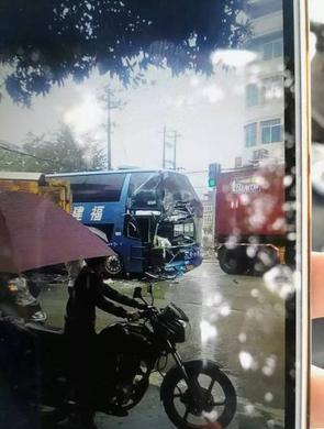 福州:大巴和土方车相撞 车头被削一半