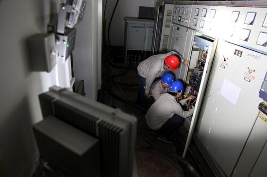 图二 多功能LED灯可以根据工作需要随意摆放。程志龙摄