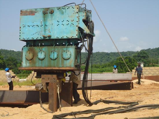 图二 高频液压振动锤振动沉钢板桩在非洲尼日利亚巴若港口码头施工。企业供图。
