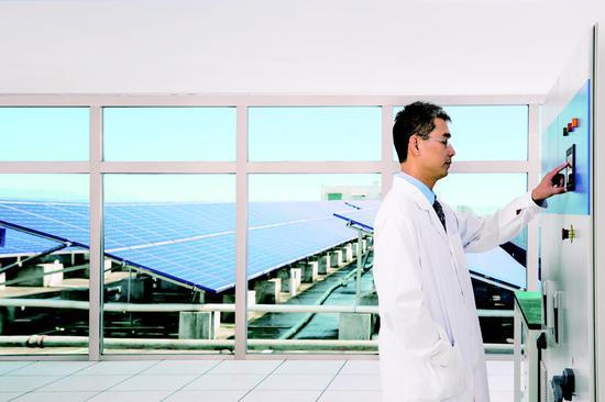 工作人员正能调试太阳能光伏逆变器(企业供图)