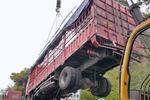 司机犯困货车撞护栏 12吨进口芒果紧急转移