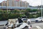 福州三环一水泥罐车侧翻 警车瞬间被压扁