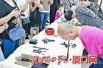 男子用嘴和脚拿笔绘出7米长国画 4岁触电双臂截肢
