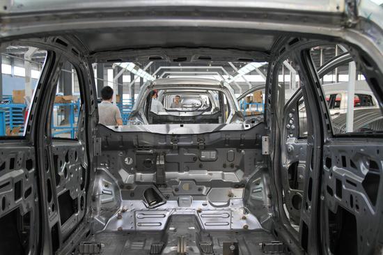 这是焊装车间拍摄到的汽车车身。肖和勇