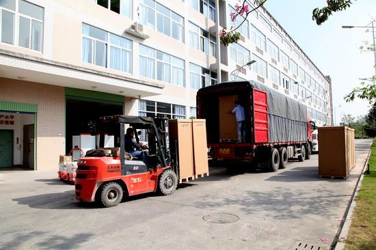 一辆卡车正在装载已经包装完毕的充电桩产品 供图