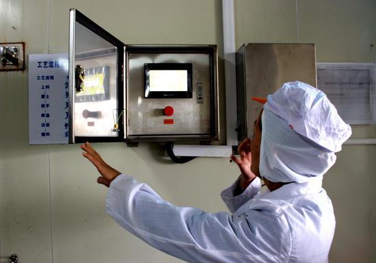 图为同发食品智能温控设备。安装该系统的标准化菇房实现智能化物联网管理,可自动调节并收集相关数据