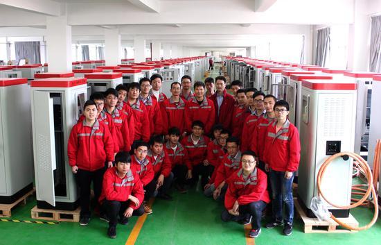 图为富顺广电充电桩研发团队和他们的产品合影 企业供图