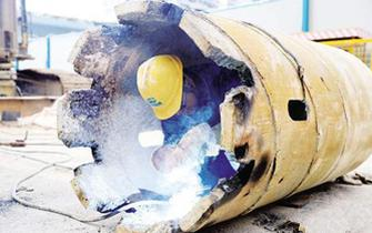 厦地铁电焊工高温下穿厚外套作业