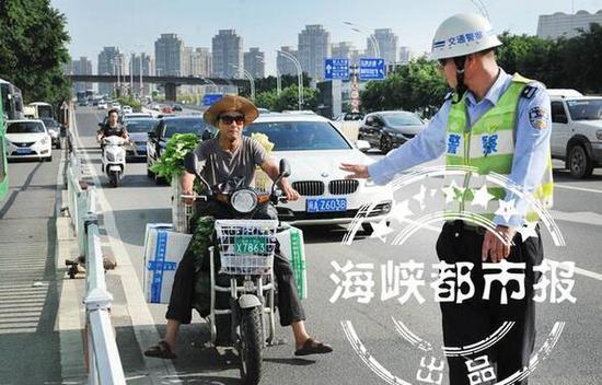 电动车违规载人、闯机动车道,被交警查处