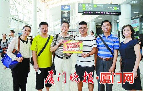语言文字专家胡全军(左三)和谢长妙(右一)全程指导纠错。刘东华 摄