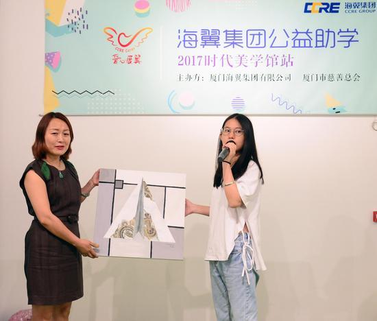 陈同学向海翼集团赠送了自己的画作和祝福