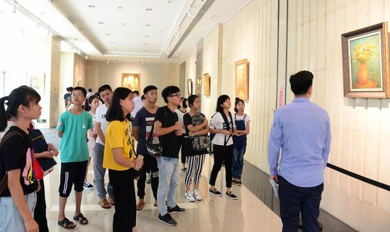 时代美学馆的艺术顾问带领孩子们参观艺术品