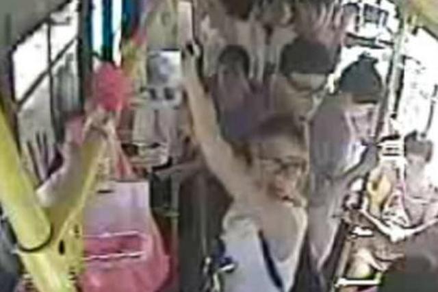 泉州女子乘坐公交车时突然晕倒 司机乘客齐救人