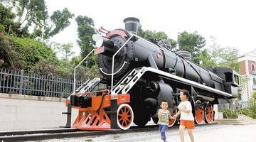 厦海堤公园新老火车头模型受欢迎